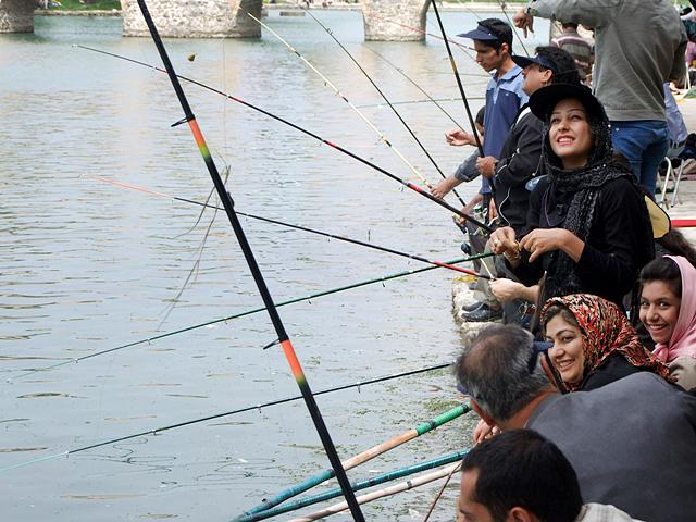 ماهیگیری در رودخانه زاینده رود، اصفهان