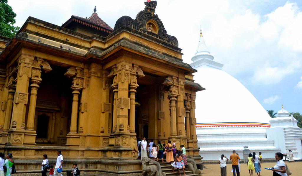رزرو بلیط هواپیمالیدوما تریپ جاهای دیدنی کلمبو در این مطلب از مجله گردشگری تاپ تراول شما را با جاهای دیدنی کلمبو آشنا خواهیم کرد. در ادامه همراه ما باشید. کلمبو به عنوان پایتخت کشور سریلانکا به سرزمین چای و فیل مشهور است. سریلانکا خود کشوری کمتر شناخته شده در جنوب شرق قاره آسیاست و دارای جاذبه های گردشگری و طبیعت های فوق العاده است.جذابیت کلمبو به این است که معماری کشورهای مختلف مثل پرتغال، هلند و انگلیس که زمانی کلمبو مستعمره شان بوده، در این شهر به چشم می خورند و این مساله باعث شده که لایه لایه های تاریخ در این شهر به خوبی دیده شوند. با ما همراه باشید تا به شما گوشه ای از زیبایی های کلمبو را نشان دهیم و چند تا از دیدنی ترین جاذبه های گردشگری کلمبو و بهترین جاهای دیدنی این شهر را به شما معرفی کنیم. مسجد سرخ (Red Masjid) مسجدی در شهر کلمبو با معماری زیبا جزو جاذبه های گردشگری شهر به شمار می رود. این مسجد علاوه بر معماری شگفت انگیز دارای قدمت زیادی است و تاریخچه ساخت مسجد سرخ کلمبو به سال ۱۹۰۸ بر می گردد که توسط هندی های مسلمان ساخته شده است. ساخت بنای اصلی این مسجد فقط یک سال طول کشید در واقع این سبک ترکیبی از معماری بومی هندو اسلامی و نئو کلاسیک است.جاهای دیدنی کلمبو لیدوما | اجاره ویلا در رامسر | اجاره سوئیت در کیش بلیط رسپینا معبد Sri Kailawasanathan Swami Devasthanam Kovil یکی از زیباترین و بهترین معبدهای کلمبو بشمار می رود . معبد مقدسی که فرهنگ هندو را به صورت بارزی نمایش میدهد . در سفر خد به کلمبو از دیدنی این معبد غافل نشوید.جاهای دیدنی کلمبو معبد کلانیا راجا ماها