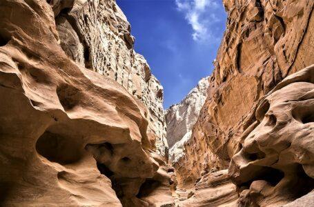 تنگه چاکاویر قشم ، جلوهای از حجاری طبیعت بر روی صخره ها